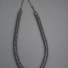 Colier rafinat cu aspect impletit, culoare argintiu cu cristale incolore (Culoare: ARGINTIU) - Colier fashion