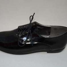 Pantof negru cu aspect lucios, toc mic si inchidere cu siret (Culoare: NEGRU, Marime: 39) - Pantof dama