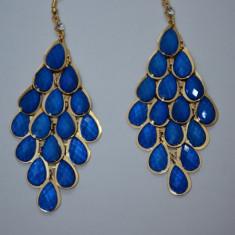 Cercei trendy tip candelabru cu cristale albastre pe fond auriu (Culoare: ALBASTRU)