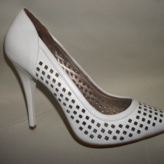 Pantof modern, nuanta de alb, perforatii deosebite aplicate (Culoare: ALB, Marime: 38) - Pantof dama