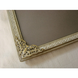 Rama veche din alama patinata prevazuta cu geam din sticla curbata