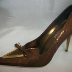 Pantof cu toc subtire, nuanta de maro, detaliu auriu (Culoare: MARO, Marime: 37) - Pantof dama