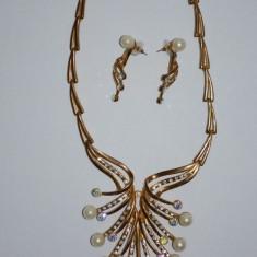 Colier elegant cu cercei cu surub, culoare aurie cu perle si cristale (Culoare: AURIU) - Colier fashion