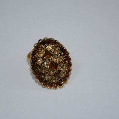 Inel rafinat din metal fin decorat cu cristale maro, verzi sau aurii (Culoare: MARO)