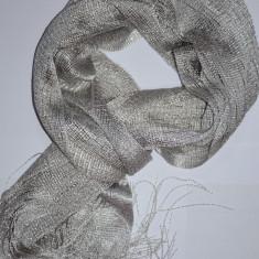 Esarfa eleganta de nuanta argintie cu franjuri lungi si fir lucios (Culoare: ARGINTIU)