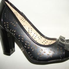 Pantof in tendinte, nuanta de negru, toc gros, fundita chic (Culoare: NEGRU, Marime: 35) - Pantof dama
