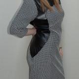Rochie chic, nuanta de negru-alb, insertii de piele fine (Culoare: NEGRU-ALB, Marime: 42)