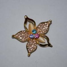 Brosa trendy, nuante de auriu, argintiu si multicolor, motiv floral (Culoare: AURIU) - Brosa Fashion