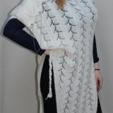 Bluza lunga de marime mare, de culoare alba, din material tricotat