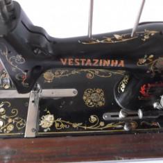 Veche masina de cusut VESTAZINHA /VESTA, stare foarte buna. completa