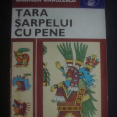GABRIELA MANOLESCU - TARA SARPELUI CU PENE - Carte de calatorie