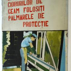 Afis vechi pe tabla, cu tematica protectia muncii din perioada comunista