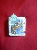 Insigna Trofeul Oraselor Balcanice la Lupte 1958Buc. , metal si email , h= 3 cm