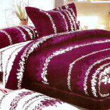Cuvertura de pat catifelata mova cu floricele discrete, cu 2 fete de perna - Cuvertura pat