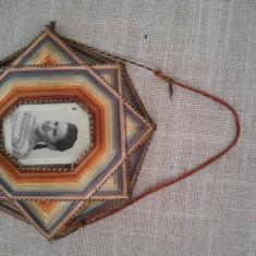 Rama foto cu fotografie veche, vintage, cu fata tanara, rama in forma de stea