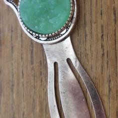 Semn de carte cu hamsa si imitatie de roca cristalifera verde