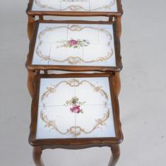 Un set superb de 3 masute in stilul Rokoko cu placi de faianta pictate