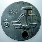 I.672 GERMANIA AL III-LEA REICH INSIGNA NAZISTA 1 MAI 1936 36mm ERHARD, Europa