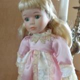Fetita in roz, papusa de colectie din portelan