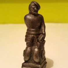 Figurina soldat / soldatel de plumb tip statuie pe piedestal, 7.5cm, vintage