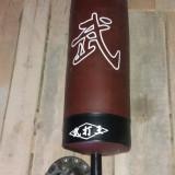 sac de box pe suport fixat in podea