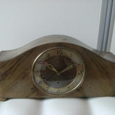 Frumos ceas de semineu mecanic, vechi, marcat Glanz, carcasa lemn, bate pe 5 bare.