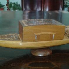 Tabachera Veche Caseta muzicala veche din lemn cu inserti functionala