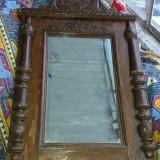 Rama veche de lemn, cu oglinda intacta