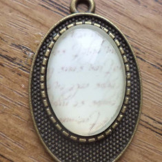Pandantiv bronz cu cabochon sticla imprimata -caligrafie