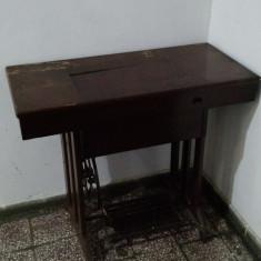 Masina de cusut cu roata de picior