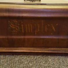 Masina de cusut veche `Simplex`cu coarba