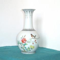 Vaza portelan chinezesc famille rose, pictata manual, cca 1910 - marcaj Qianlong - Arta din Asia