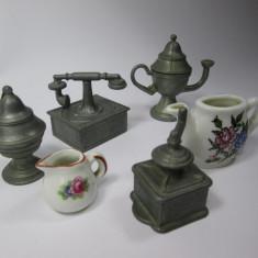 d Lot 6 miniaturi de metal si portelan, miniatura telefon, rasnita, ceainic etc.