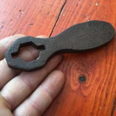 Scule / unelte vechi - cheie specială model deosebit - Metal/Fonta