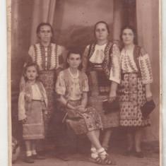 bnk foto Femei si copil in costume populare - foto E Popp Ploiesti 1943