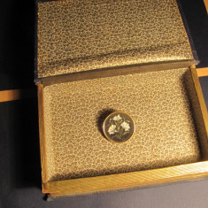 Brosa din aur de 12k cu intarsie in pietre semipretioase si carte falsa - Brosa aur