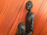 statueta / sculptura în lemn - Femeie cu oul in mâini / deosebita !