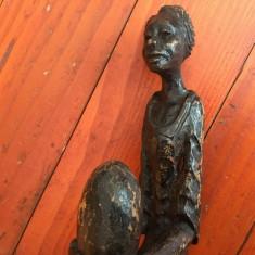 Statueta / sculptura în lemn - Femeie cu oul in mâini !!!