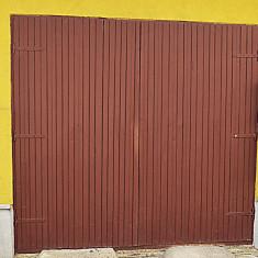 Poarta de garaj din lemn de brad.