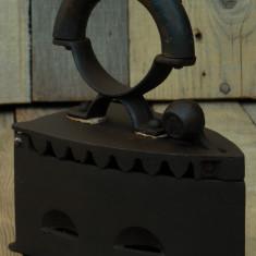 FIER DE CĂLCAT CONFECȚIONAT DIN FONTĂ MASIVĂ ȘI LEMN - CĂLCĂTOR MARE ȘI VECHI! - Metal/Fonta, Scule si unelte