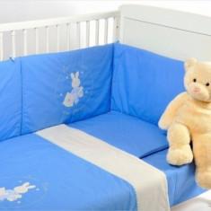 Lenjerie patut 4 piese cu broderie 120 x 60 Somn Usor Bleu cu Crem BebeDeco - Lenjerie pat copii