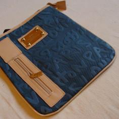 Geanta de umar albastrui cu crem L V, UNISEX, model deosebit cu fermoar, 2017 - Geanta Barbati Louis Vuitton, Marime: Medie, Culoare: Din imagine, Geanta tip postas, Asemanator piele