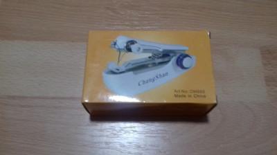 Mini masina de cusut manuala foto