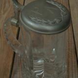 HALBĂ DE BERE CONFECȚIONATĂ DIN STICLĂ GROASĂ CU CAPAC DE ZINC, CUNUNĂ DE LAURI! - Halba, Cristal/Sticla