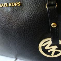 Geanta de dama MK neagra, medie, model deosebit cu inchizatoare prin fermoar 2017 - Geanta Dama Michael Kors, Culoare: Negru, Asemanator piele