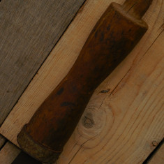 PINTEN / NICOVALĂ ȚĂRĂNEASC DE BĂTUT COASA CU PICIOR DE LEMN, VECHE ANII 1900! - Metal/Fonta, Scule si unelte