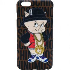 Husa Protectie Spate Moschino B7977 Porky Pig Maro pentru Apple iPhone 6 Plus - Husa Telefon