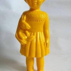Jucarie plastic galben cu chiuitoare, Alice in Wonderland (Tara Minunilor), 24cm - Papusa