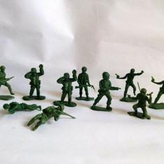 Lot 11 soldati plastic verde si o masina, aprox 5cm vintage, colectie
