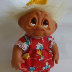 Papusa Troll (pitic, trol), cauciuc, 23cm, par alb, in rochita rosie cu rucsac
